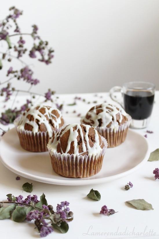 muffins al caffè con orzo, cacao e glassa al cioccolato bianco