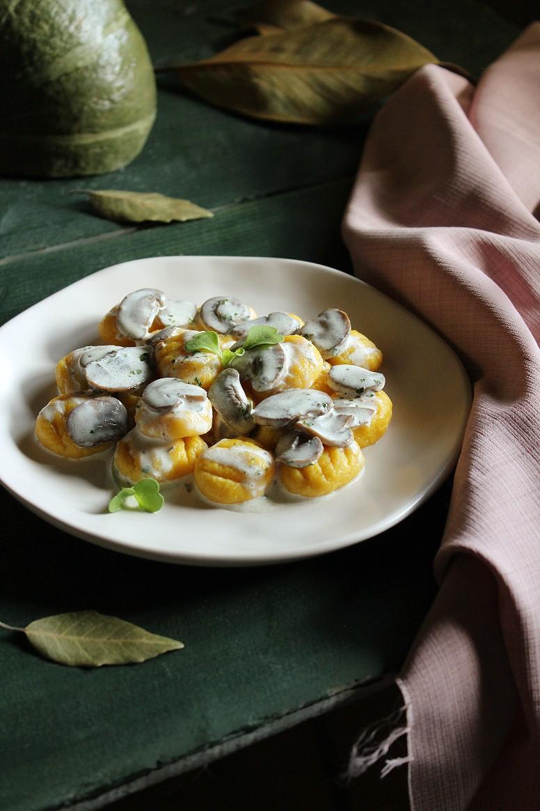 gnocchi alla zucca e salsa ai funghi